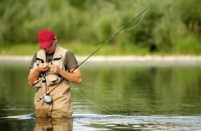 Рыбак завязывает узел