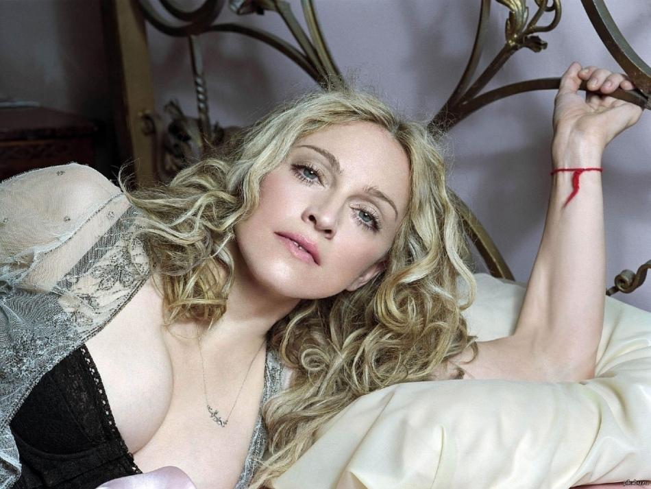 Мадонна с нитью на запястье