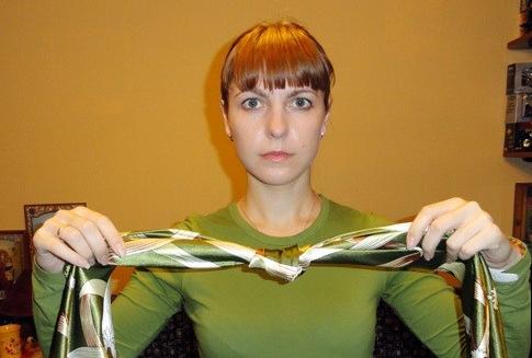 zavyazat_platok_uzlom_kvadrat_1 Как завязать платок на шее разными способами и как красиво повязать шарфик на плечах
